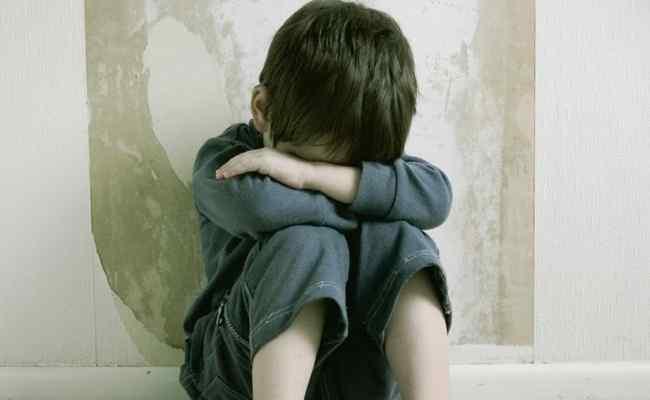 Minorenne estradato in Italia. Persuaso da un pedofilo, abusava del fratellino
