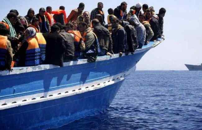 Tunisia: nave militare contro un peschereccio carico di migranti. Morti e dispersi