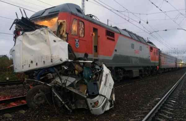 Treno russo travolge bus sui binari: 19 morti