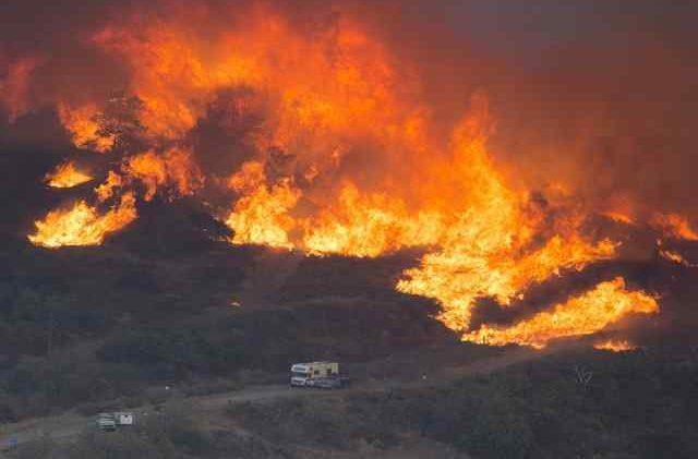 California devastata dall'incendio e smog: aumenta il numero di morti e dispersi