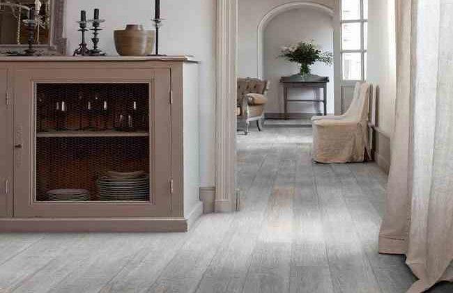 Come pulire un pavimento in vinile quando ti trasferisci in una nuova casa
